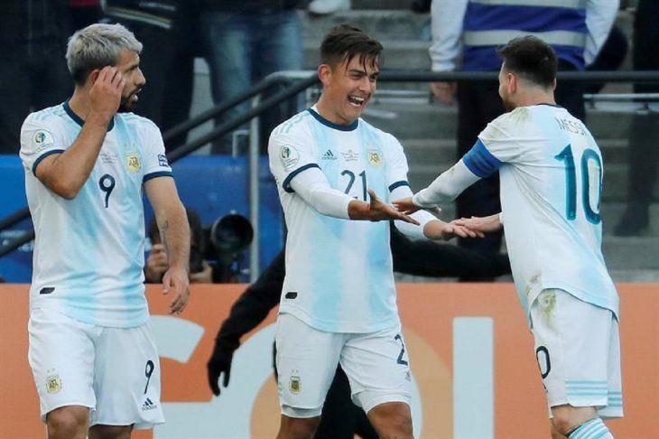 Jugadores de Argentina celebran el segundo tanto del equipo.