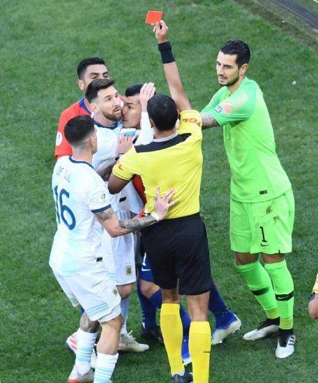 Mario Díaz de Vivar muestra la roja a Leo Messi.