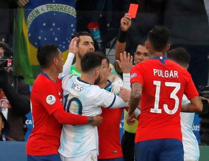 Mario Díaz de Vivar muestra la roja a Messi.