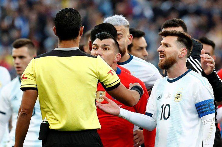 Mario Díaz de Vivar tras expulsar a Lionel Messi y Gary Medel.