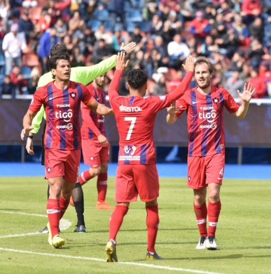Hernán Novick celebra su gol junto a Federico Carrizo y Nelson Haedo Valdez.