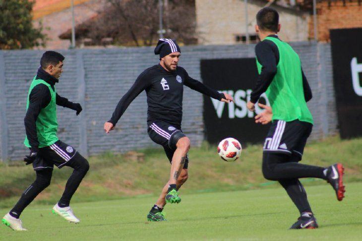 Es opción. Jorge Ortega controla el balón ante Fernández.