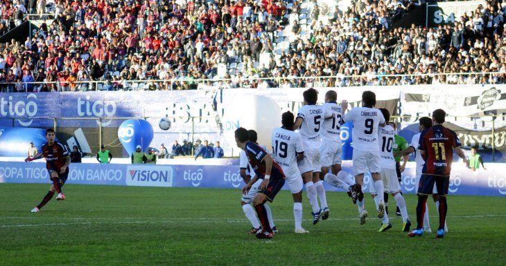 Excelente ejecución de Fabbro para el gol de Olimpia.