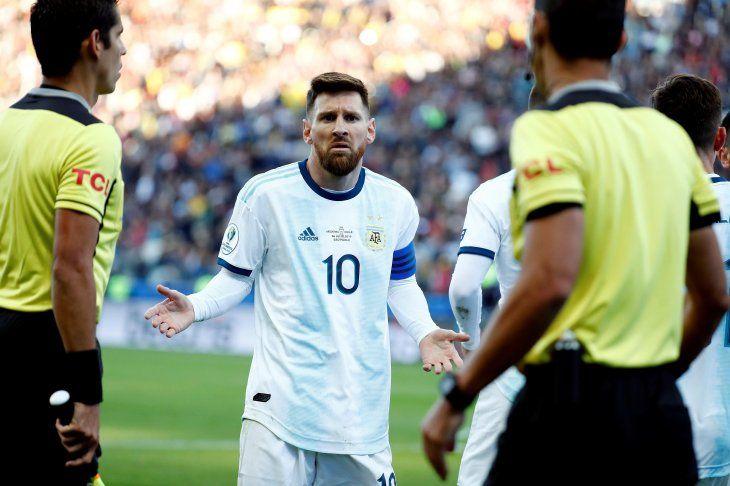 Grave. Algunos medios señalan que Lionel Messi (10) recibiría dos años de suspensión.