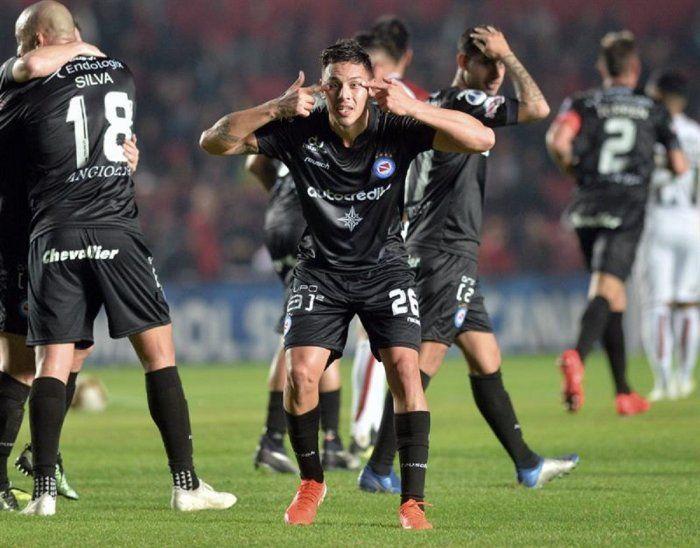 Matías Romero (c) de Argentinos Juniors celebra luego de anotar un gol.