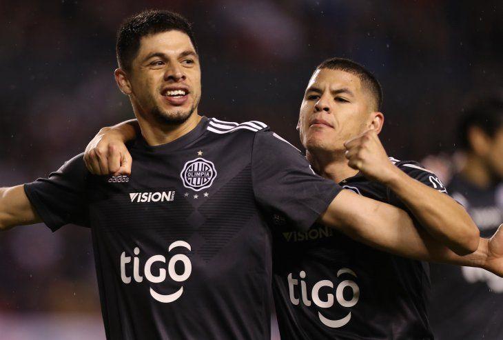 Rodrigo Rojas festeja su gol con Richard Sánchez.