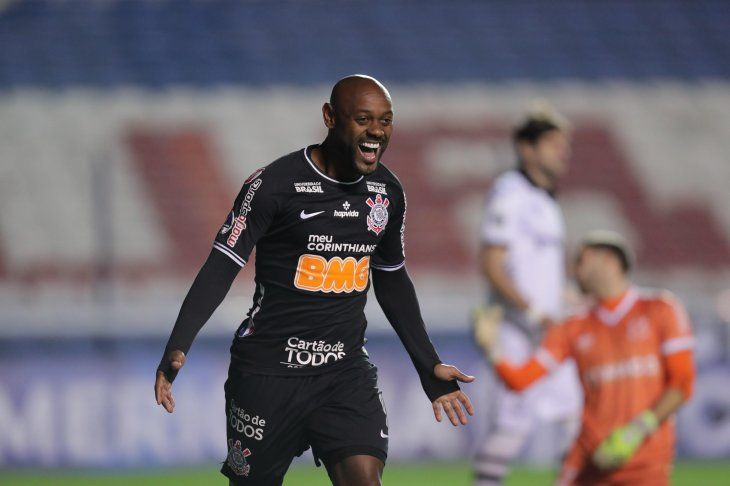 Vagner Love anotó los dos goles del Corinthians.