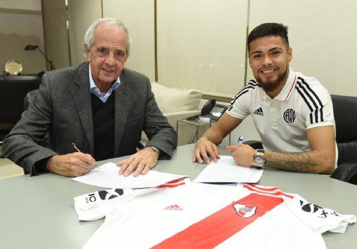 Paulo Díaz en compañía del presidente de River Plate