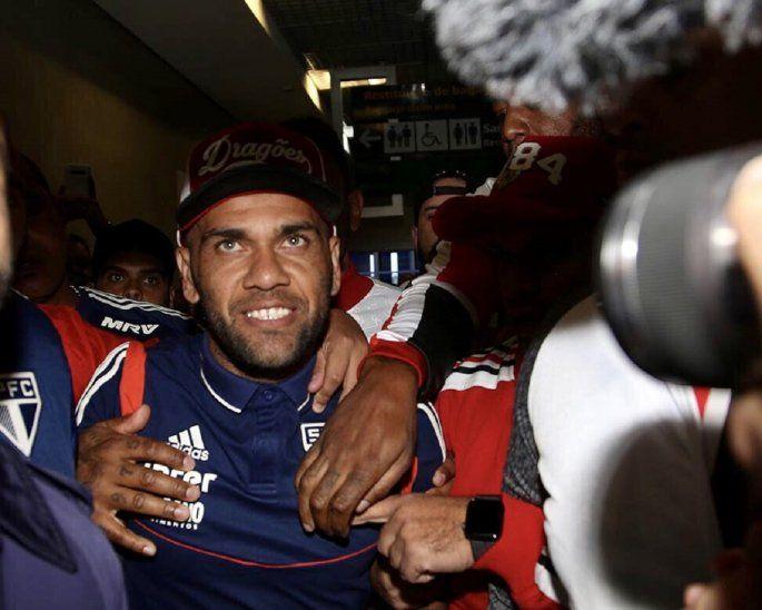 Dani Alves fue recibido por una multitud en Sao Paulo.