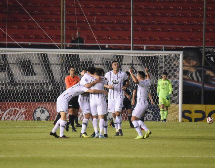 Jugadores de Libertad celebran el gol marcado ante Olimpia.