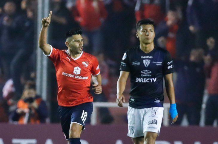 Silvio Romero (i) deIndependientefesteja un gol ante Independientedel Valle de Ecuador.