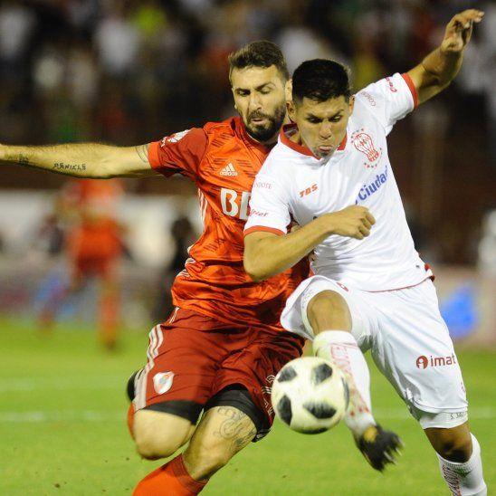 Salcedo (derecha) pelea por una pelota con Lucas Pratto en un partido ante River Plate.