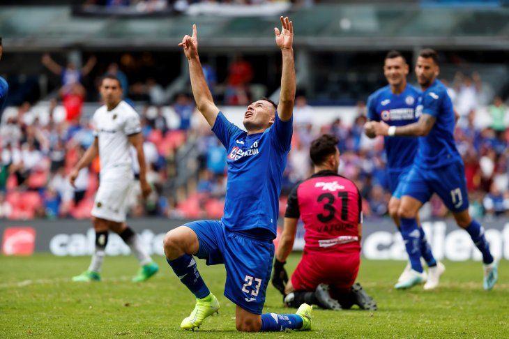 Pablo Aguilar celebra su gol con el Cruz Azul.