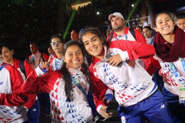 Con alegría. Integrantes de la delegación nacional durante el desfile final en Lima