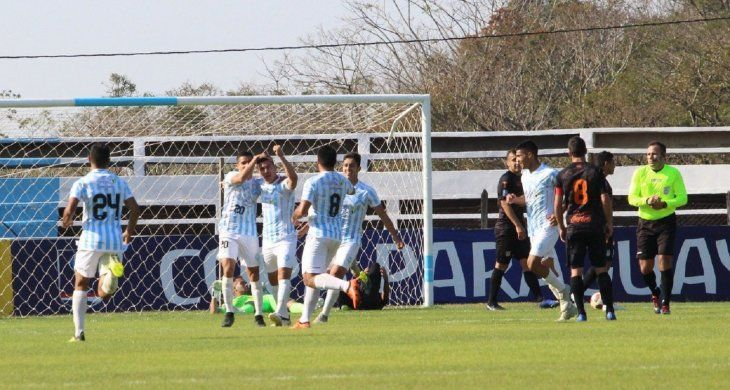 Jugadores de Guaireña celebran el gol marcado ante General Díaz.