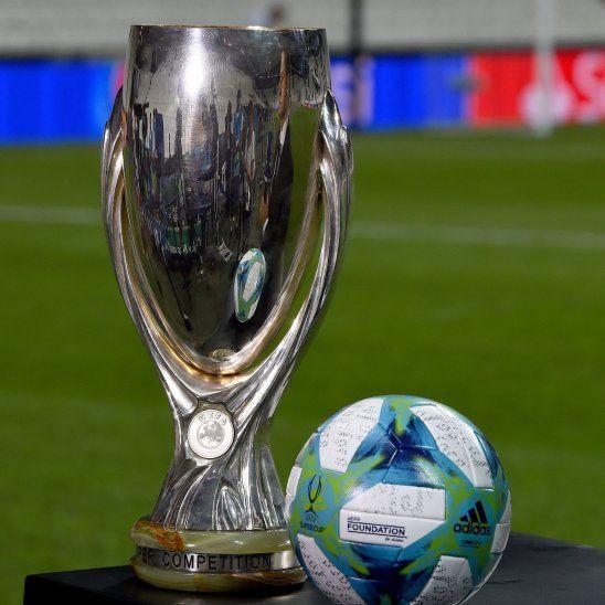 Todo listo. El trofeo y la pelota de la Supercopa de Europa.