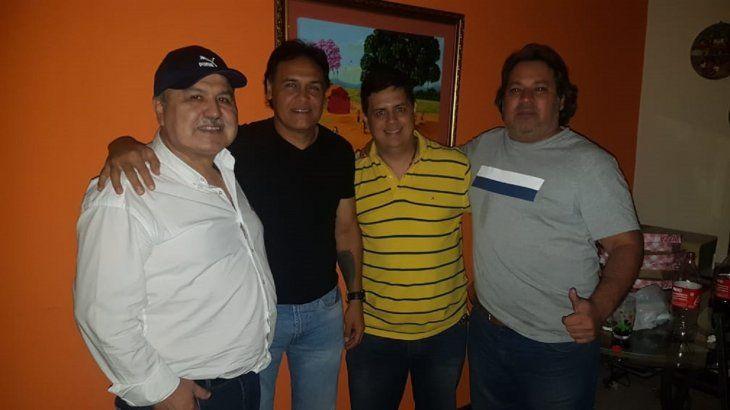 Celso Ayala posa con dirigentes del Sportivo Luqueño.