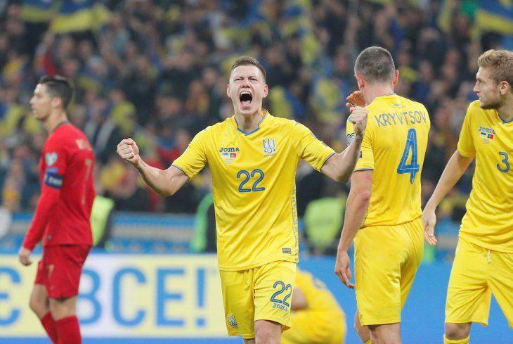 Jugadores de Ucrania celebran el gol anotado ante Portugal.