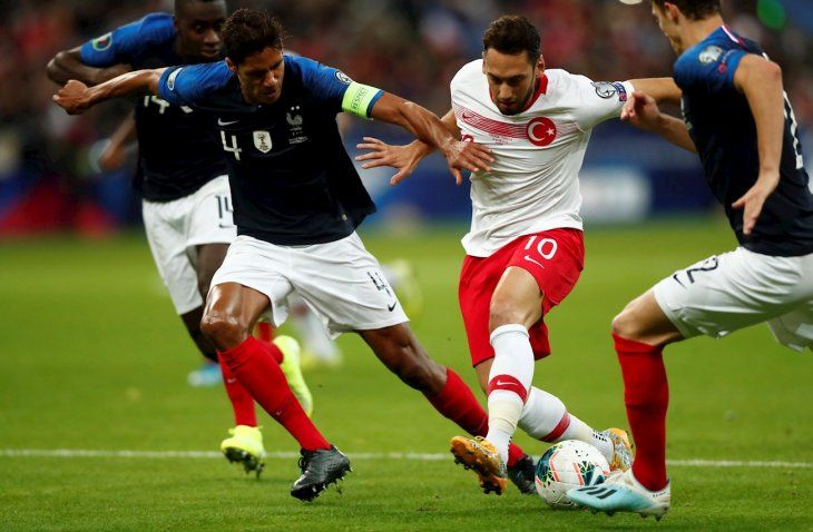 Jugadores de Francia y Turquía disputan el balón.