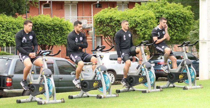 Jugadores del Olimpia hacen ejercicios en el predio del club.