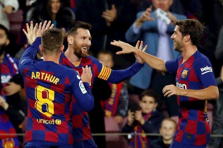 Messi marcó tres para el Barcelona.