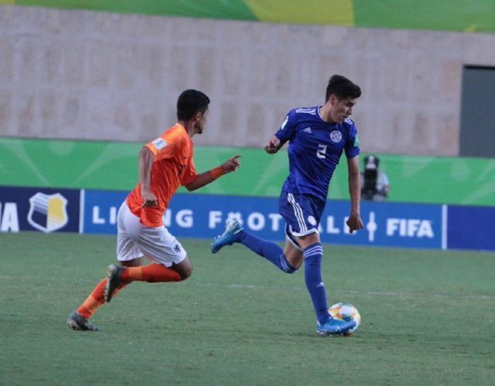 Un jugador de Paraguay y Holanda disputan el balón.