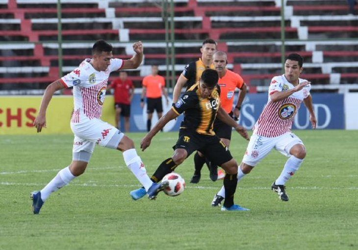 Jugadores de San Lorenzo y Guaraní se disputan el balón.