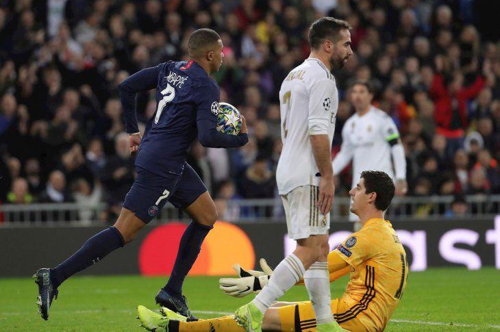Un jugador de PSG celebra un gol ante la decepción madridista.