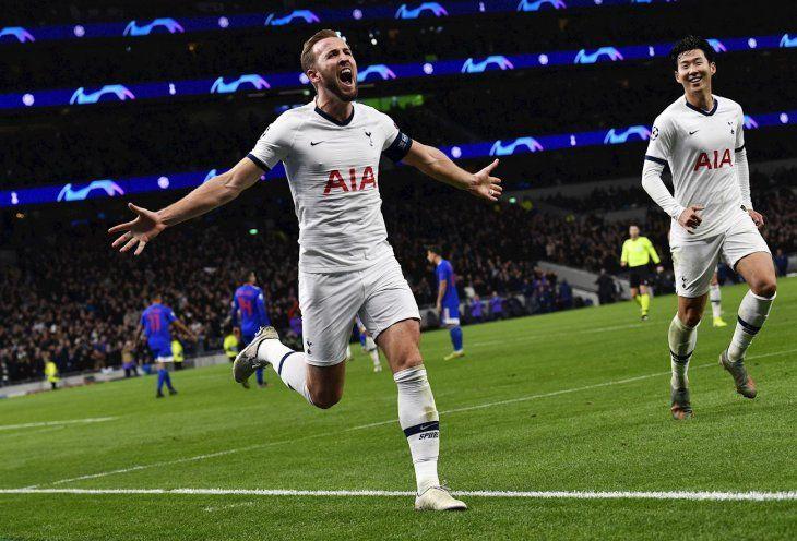 Harry Kane celebra la anotación de un gol.