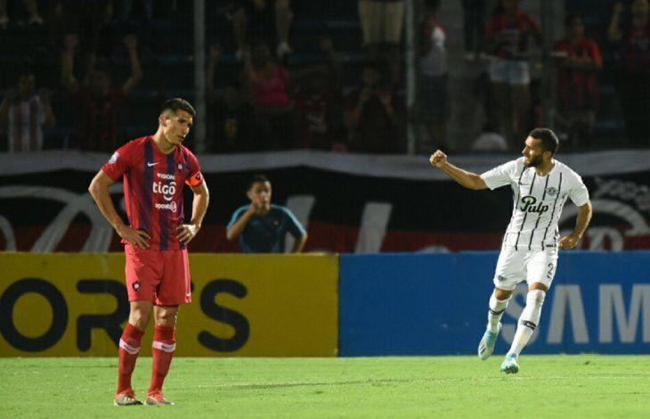 Bareiro celebra su anotación ante la tristeza de Marcos Cáceres.