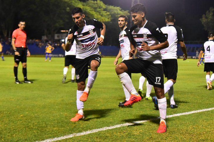Jugadores de General Díaz celebran un gol.