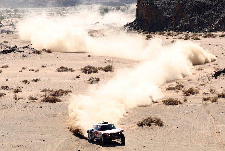 Carlos Sainz se mantiene líder en coche.