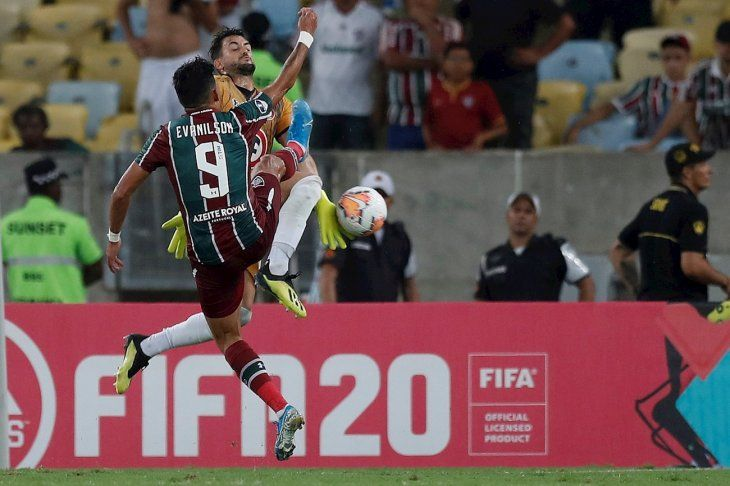 Evanilson (i) de Fluminense disputa un balón el arquero Alexis Arias de Unión.
