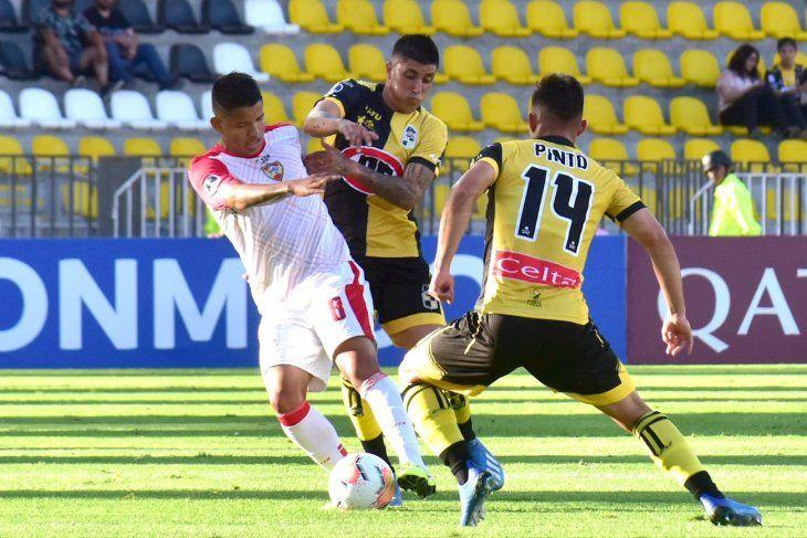 Mathías Pinto (d) de Coquimbo disputa un balón con Edanyilber Navas de Aragua.
