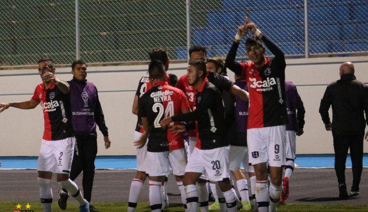 Jugadores del Melgar celebran el gol del equipo.