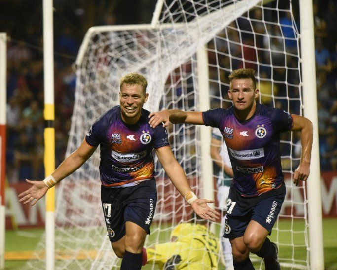 Nildo Viera festeja su gol para Sol de América.