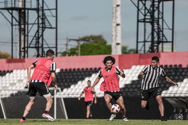 Alexander Mejía (der) llega para marcar a Blas Cáceres (c).