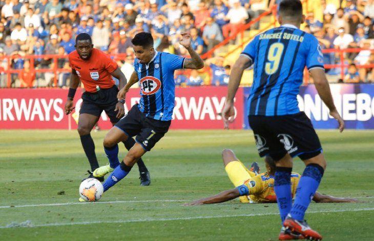 Jugadores del Huachipato y Pasto disputan el balón.