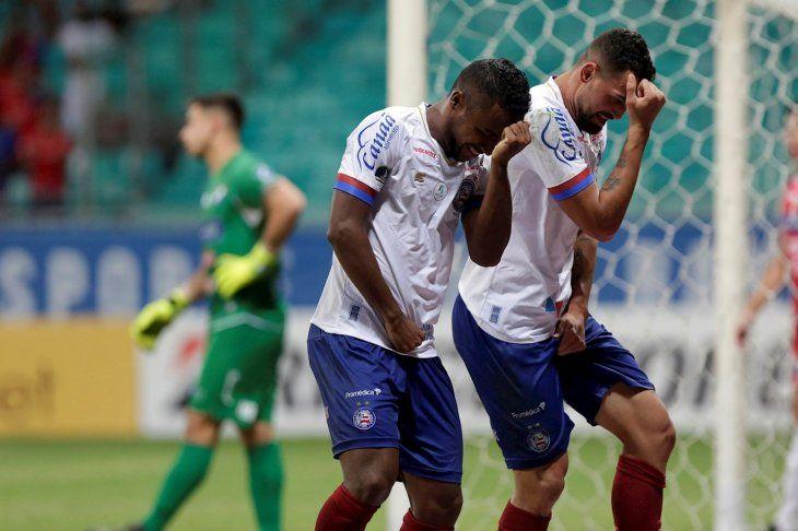 Jugadores del Bahía celebran ante la tristeza de Juan Espínola.