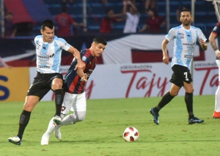 Jugadores de Cerro y Guaireña disputan el balón.