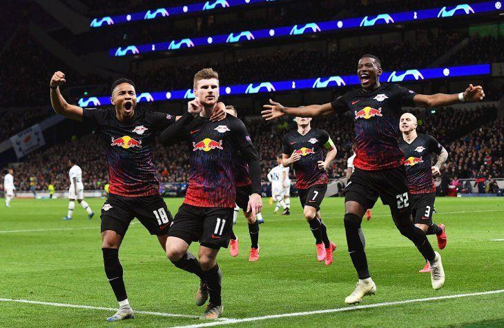 Jugadores del Leipzig celebran la anotación de un gol.