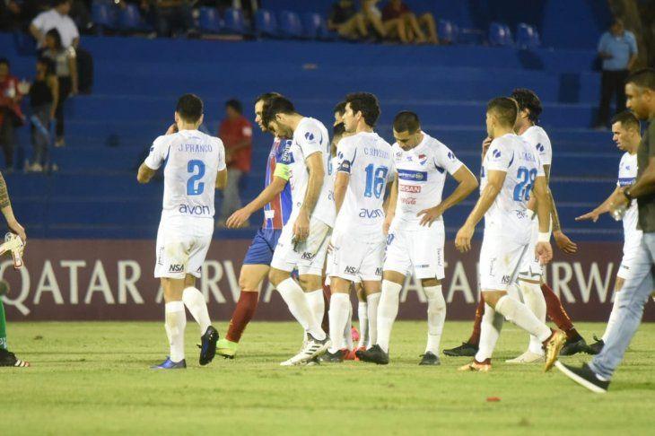Jugadores de Nacional reaccionan durante el partido contra Bahía.