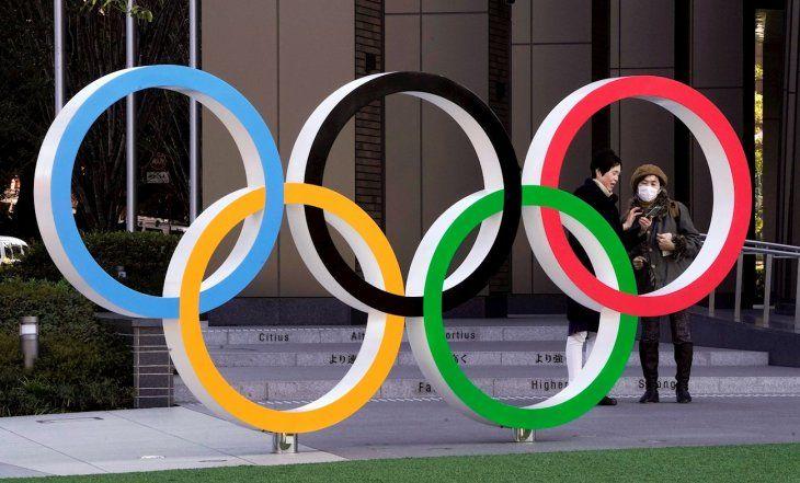 Dos mujeres conversan junto a la sede de los Juegos Olímpicos.