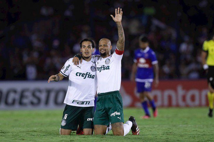 Jugadores de Palmeiras celebran el gol del equipo.