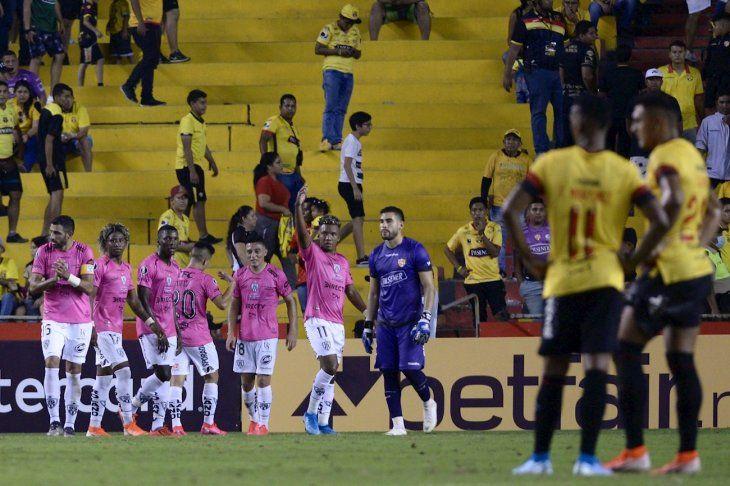 Jugadores de Independiente celebran el gol ante Barcelona.