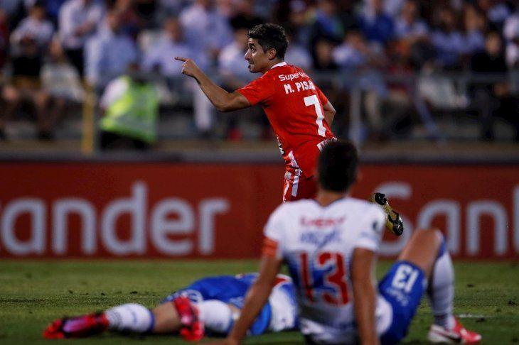 Matías Pisano de América de Cali celebra tras anotar un gol ante Universidad Católica.