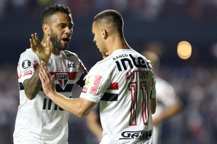 El Sao Paulo de Dani Alves goleó a Liga de Quito.
