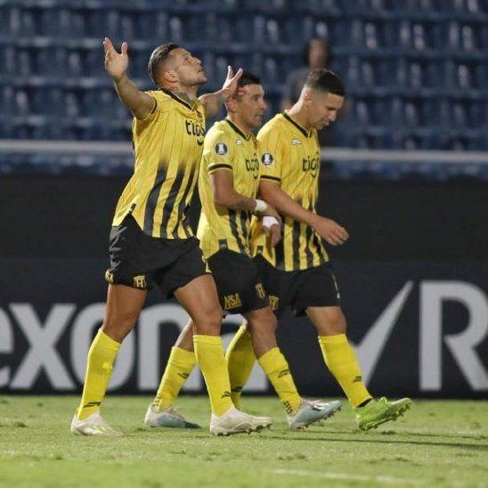 Jugadores de Guaraní celebran la anotación de un gol.