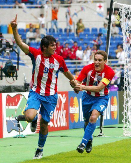 GRITO DE GOL. Roque Santa Cruz celebra su gol ante Sudáfrica en compañía de Carlos Alberto Gamarra.