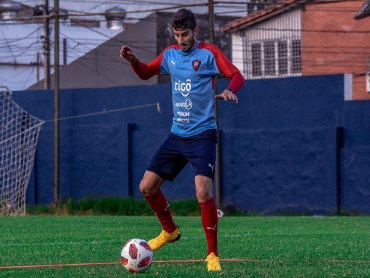 Control. Mathías Villasanti domina el balón en la práctica.